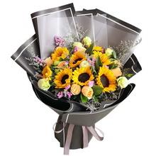 8朵向日葵,6朵香檳玫瑰,桔梗、粉色勿忘我、情人草等搭配制作