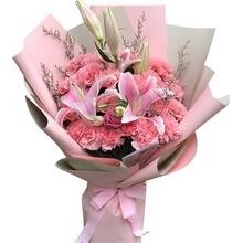 19朵粉色康乃馨,2支多頭粉百合在中間,1朵蘇醒玫瑰,情人草間插