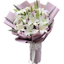 6支多頭白百合,11朵紫玫瑰,搭配尤加利葉