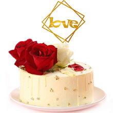 圓形水果夾心蛋糕,蛋糕表面裝飾2朵紅玫瑰、1朵白玫瑰,有love字樣的插牌,另外撒少許銀珠
