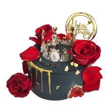 圓形水果夾心蛋糕,蛋糕表面裝飾皇冠、玫瑰花朵、玫瑰花瓣
