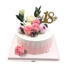 圓形水果夾心蛋糕,蛋糕表面裝飾4朵粉佳人玫瑰、2朵白玫瑰等配花、永遠18歲的插牌