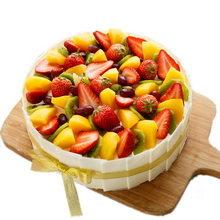 蛋糕表面鋪滿各種水果,側面巧克力圍一圈圓形水果蛋糕