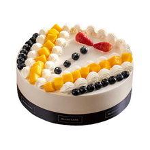 圓形水果夾心蛋糕,蛋糕表面用奶油隔開,擺上水果裝飾