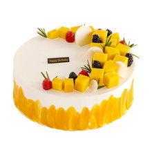 圓形水果夾心蛋糕,蛋糕表面裝飾芒果等水果裝飾,有happybirthday字樣