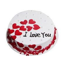 圓形水果蛋糕,新鮮紅色愛心型玫瑰花瓣裝飾,新鮮紅色玫瑰花瓣碎底部圍邊