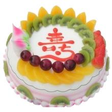 圓形祝壽水果蛋糕,外圈水果裝飾,蛋糕中間寫一個大紅色的壽字