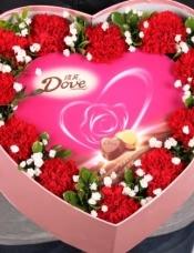 精心挑选11朵红康乃馨|,心形巧克力,搭配栀子叶和满天星,美丽迷人