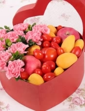 精心挑选9朵粉康乃馨,搭配新鲜水果,美丽迷人