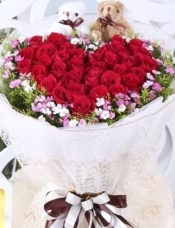 精心挑选33朵红玫瑰,精美小花加黄莺点缀,美丽迷人