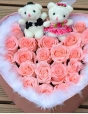 精心挑选19枝粉玫瑰,外围白色羽毛,加两只小熊