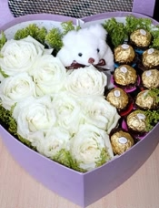 9枝白色玫瑰,9颗巧克力,小熊1只,周边绿叶配衬