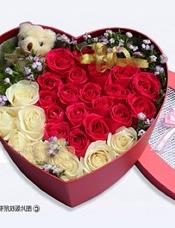 玫瑰精致花盒:香槟玫瑰8枝,红玫瑰19枝,5寸小熊一只