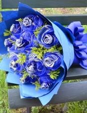 11朵蓝色妖姬,花头用纱网单独裹头,配黄莺,蓝色皱纹纸圆形包装,系精美蝴蝶结。