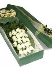 19枝白色玫瑰,黄莺,绿叶搭配