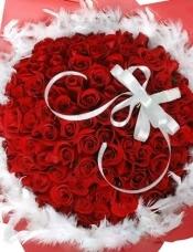 精心挑选99枝红玫瑰组成圆形,围上白色羽毛搭配。