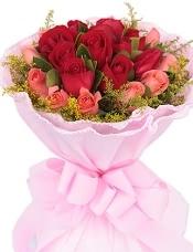 11枝红玫瑰居中,11枝粉玫瑰围绕,适量绿叶,黄莺围绕