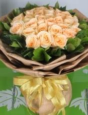 精心挑选33朵昆明香槟玫瑰,栀子叶点缀