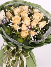 精心挑选19朵昆明香槟玫瑰,栀子叶满天星点缀,小熊一只