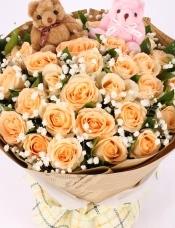 精心挑选33朵昆明香槟玫瑰,栀子叶满天星点缀,小熊两只
