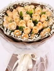 精心挑选33朵昆明香槟玫瑰,叶上花,满天星点缀