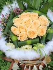 精心挑�x11朵昆明香��玫瑰,富�F竹,桔梗,巴西木�c�Y