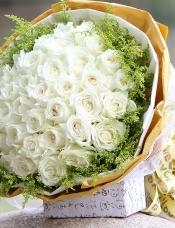 精心挑选33朵昆明白玫瑰,黄莺外围.黄色包装