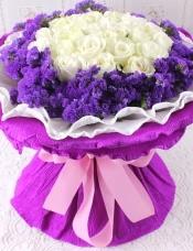 精心挑选33朵昆明白玫瑰,黄莺外围.紫色包装