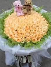 精选99朵昆明A级香槟玫瑰,配黄莺搭配,2只可爱小熊