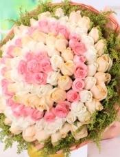 精心挑选99朵昆明红、白、香槟玫瑰,黄莺外围,组成美丽花束