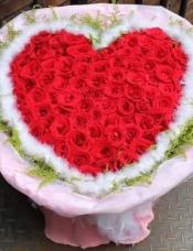 精心挑选99朵昆明红玫瑰,黄莺羽毛外围,组成美丽花束