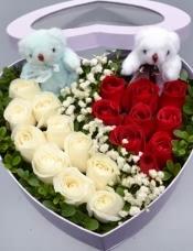 红玫瑰9支,白玫瑰10支,中间满天星点缀间隔,外围绿材,心形礼盒,2只公仔