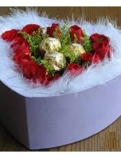 11支昆明红玫瑰,3颗圆形费利罗巧克力,羽毛围绕