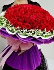 99支红玫瑰,满天星绿叶外围