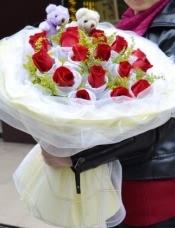 19支红色玫瑰(花头纱网单独包装),绿材适量搭配,2只公仔。