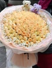 99支香槟玫瑰,满天星外围+2只小熊