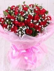 精心挑选33朵昆明红玫瑰,栀子叶搭配黄莺点缀,美丽迷人