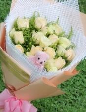 11朵香槟玫瑰,可爱小熊一只。