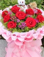 11支红玫瑰,可爱小熊一对,石竹梅或满天星,黄莺搭配