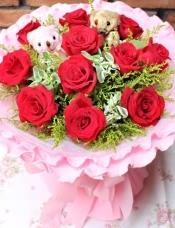 11支红玫瑰,可爱小熊一对,黄莺绿叶搭配