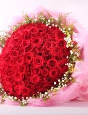 99支红玫瑰,满天星绿叶搭配