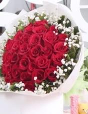 33支红玫瑰,满天星绿叶搭配