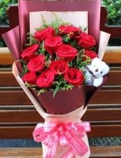 精心挑选11朵红玫瑰,黄莺、绿材点缀.小熊一只