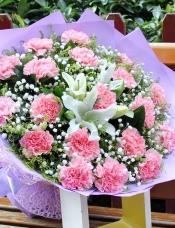 精心挑选19朵优质粉康乃馨,2支香水百合,满天星、黄莺、栀子叶点缀,美丽迷人