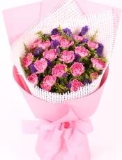 精心挑选19朵粉康乃馨,勿忘我,黄莺、点缀,美丽迷人,单面硬网包装