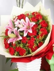 精心挑选33枝红康乃馨,2支多头粉色香水百合搭配,黄莺点缀,美丽迷人