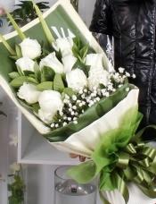 精心挑选11朵白玫瑰,满天星栀子叶点缀,绿色单面包装