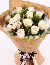 精心挑选11朵白玫瑰+1小熊,黄莺、绿材点缀,白色羽毛外围