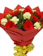 红色扶郎9枝,黄色康乃馨9枝,黄莺丰满搭配。