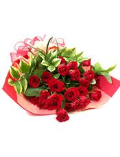 红玫瑰21支、蓬莱松、绿叶搭配。